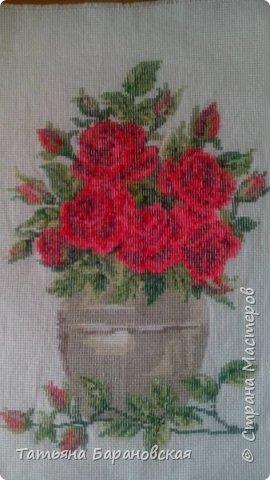 Наводя  порядки в своих хомячьих закромах, нашла две схемы цветов в вазе (примитивно простенькие, мне их когда-то давно подарили), но решила: чего же добру пропадать))) И пока вышита одна из них. Вторая (подсолнухи с колосьями пшеницы ждут своего времени))) фото 5