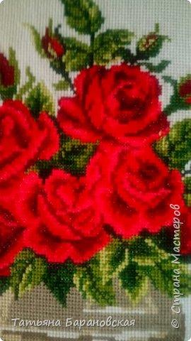 Наводя  порядки в своих хомячьих закромах, нашла две схемы цветов в вазе (примитивно простенькие, мне их когда-то давно подарили), но решила: чего же добру пропадать))) И пока вышита одна из них. Вторая (подсолнухи с колосьями пшеницы ждут своего времени))) фото 2