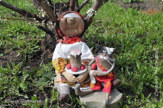 Добрый день, страна. Эти куклы сшились по мотивам очень мной любимых кукол Татьяны Козыревой. Уж очень хотелось иметь хоть частичку того позитива, какой исходит от ее персонажей! Низкий поклон мастеру! фото 2