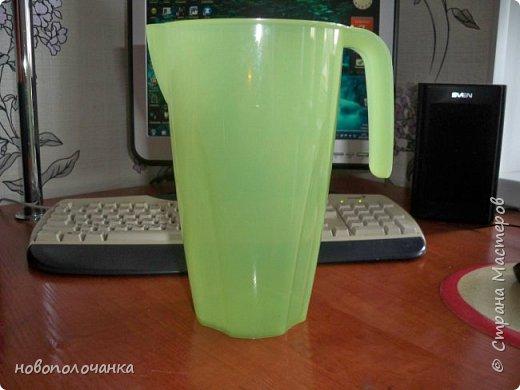 Здравствуйте мастера, мастерицы и гости!!! Такую вазу на день рождение я сделала для дочки моей племянницы,   15 мая ей исполнится    18лет.  Да, я знаю, что ваза с двумя фигурными ручками смотрится,  конечно,   красивее.   Но,  тогда пришлось бы  приклеивать вторую ручку к пластиковому  кувшину. А это очень не практично для действующей вазы, в которую будут наливать воду для цветов и сливать.    Поднимая  вазу с водой,  можем  просто забыть,  с какой стороны приклеена ручка, а с какой родная. Ручка отвалится. Сейчас много в продаже   различного клея  для прочного и надёжного приклеивания, склеивания. В данной поделке  я не надеялась, что ручка  супер  приклеится.  фото 4