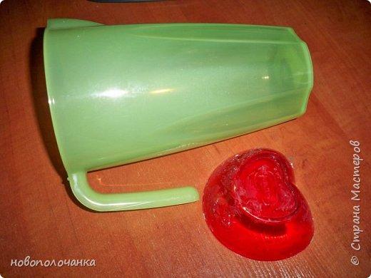 Здравствуйте мастера, мастерицы и гости!!! Такую вазу на день рождение я сделала для дочки моей племянницы,   15 мая ей исполнится    18лет.  Да, я знаю, что ваза с двумя фигурными ручками смотрится,  конечно,   красивее.   Но,  тогда пришлось бы  приклеивать вторую ручку к пластиковому  кувшину. А это очень не практично для действующей вазы, в которую будут наливать воду для цветов и сливать.    Поднимая  вазу с водой,  можем  просто забыть,  с какой стороны приклеена ручка, а с какой родная. Ручка отвалится. Сейчас много в продаже   различного клея  для прочного и надёжного приклеивания, склеивания. В данной поделке  я не надеялась, что ручка  супер  приклеится.  фото 5