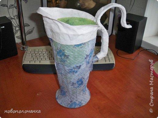 Здравствуйте мастера, мастерицы и гости!!! Такую вазу на день рождение я сделала для дочки моей племянницы,   15 мая ей исполнится    18лет.  Да, я знаю, что ваза с двумя фигурными ручками смотрится,  конечно,   красивее.   Но,  тогда пришлось бы  приклеивать вторую ручку к пластиковому  кувшину. А это очень не практично для действующей вазы, в которую будут наливать воду для цветов и сливать.    Поднимая  вазу с водой,  можем  просто забыть,  с какой стороны приклеена ручка, а с какой родная. Ручка отвалится. Сейчас много в продаже   различного клея  для прочного и надёжного приклеивания, склеивания. В данной поделке  я не надеялась, что ручка  супер  приклеится.  фото 14