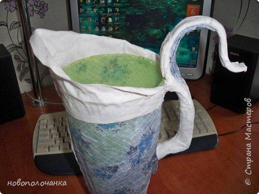 Здравствуйте мастера, мастерицы и гости!!! Такую вазу на день рождение я сделала для дочки моей племянницы,   15 мая ей исполнится    18лет.  Да, я знаю, что ваза с двумя фигурными ручками смотрится,  конечно,   красивее.   Но,  тогда пришлось бы  приклеивать вторую ручку к пластиковому  кувшину. А это очень не практично для действующей вазы, в которую будут наливать воду для цветов и сливать.    Поднимая  вазу с водой,  можем  просто забыть,  с какой стороны приклеена ручка, а с какой родная. Ручка отвалится. Сейчас много в продаже   различного клея  для прочного и надёжного приклеивания, склеивания. В данной поделке  я не надеялась, что ручка  супер  приклеится.  фото 15