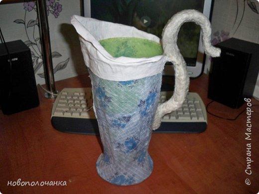 Здравствуйте мастера, мастерицы и гости!!! Такую вазу на день рождение я сделала для дочки моей племянницы,   15 мая ей исполнится    18лет.  Да, я знаю, что ваза с двумя фигурными ручками смотрится,  конечно,   красивее.   Но,  тогда пришлось бы  приклеивать вторую ручку к пластиковому  кувшину. А это очень не практично для действующей вазы, в которую будут наливать воду для цветов и сливать.    Поднимая  вазу с водой,  можем  просто забыть,  с какой стороны приклеена ручка, а с какой родная. Ручка отвалится. Сейчас много в продаже   различного клея  для прочного и надёжного приклеивания, склеивания. В данной поделке  я не надеялась, что ручка  супер  приклеится.  фото 16