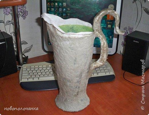 Здравствуйте мастера, мастерицы и гости!!! Такую вазу на день рождение я сделала для дочки моей племянницы,   15 мая ей исполнится    18лет.  Да, я знаю, что ваза с двумя фигурными ручками смотрится,  конечно,   красивее.   Но,  тогда пришлось бы  приклеивать вторую ручку к пластиковому  кувшину. А это очень не практично для действующей вазы, в которую будут наливать воду для цветов и сливать.    Поднимая  вазу с водой,  можем  просто забыть,  с какой стороны приклеена ручка, а с какой родная. Ручка отвалится. Сейчас много в продаже   различного клея  для прочного и надёжного приклеивания, склеивания. В данной поделке  я не надеялась, что ручка  супер  приклеится.  фото 17