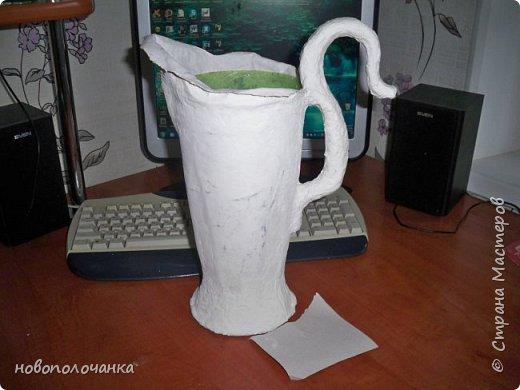 Здравствуйте мастера, мастерицы и гости!!! Такую вазу на день рождение я сделала для дочки моей племянницы,   15 мая ей исполнится    18лет.  Да, я знаю, что ваза с двумя фигурными ручками смотрится,  конечно,   красивее.   Но,  тогда пришлось бы  приклеивать вторую ручку к пластиковому  кувшину. А это очень не практично для действующей вазы, в которую будут наливать воду для цветов и сливать.    Поднимая  вазу с водой,  можем  просто забыть,  с какой стороны приклеена ручка, а с какой родная. Ручка отвалится. Сейчас много в продаже   различного клея  для прочного и надёжного приклеивания, склеивания. В данной поделке  я не надеялась, что ручка  супер  приклеится.  фото 18
