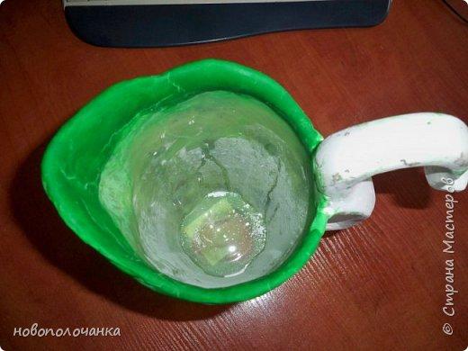 Здравствуйте мастера, мастерицы и гости!!! Такую вазу на день рождение я сделала для дочки моей племянницы,   15 мая ей исполнится    18лет.  Да, я знаю, что ваза с двумя фигурными ручками смотрится,  конечно,   красивее.   Но,  тогда пришлось бы  приклеивать вторую ручку к пластиковому  кувшину. А это очень не практично для действующей вазы, в которую будут наливать воду для цветов и сливать.    Поднимая  вазу с водой,  можем  просто забыть,  с какой стороны приклеена ручка, а с какой родная. Ручка отвалится. Сейчас много в продаже   различного клея  для прочного и надёжного приклеивания, склеивания. В данной поделке  я не надеялась, что ручка  супер  приклеится.  фото 20