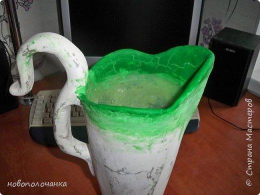 Здравствуйте мастера, мастерицы и гости!!! Такую вазу на день рождение я сделала для дочки моей племянницы,   15 мая ей исполнится    18лет.  Да, я знаю, что ваза с двумя фигурными ручками смотрится,  конечно,   красивее.   Но,  тогда пришлось бы  приклеивать вторую ручку к пластиковому  кувшину. А это очень не практично для действующей вазы, в которую будут наливать воду для цветов и сливать.    Поднимая  вазу с водой,  можем  просто забыть,  с какой стороны приклеена ручка, а с какой родная. Ручка отвалится. Сейчас много в продаже   различного клея  для прочного и надёжного приклеивания, склеивания. В данной поделке  я не надеялась, что ручка  супер  приклеится.  фото 19