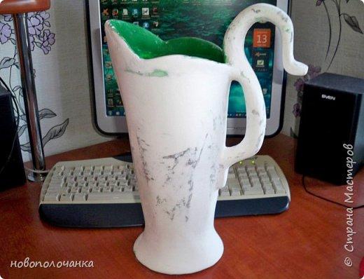 Здравствуйте мастера, мастерицы и гости!!! Такую вазу на день рождение я сделала для дочки моей племянницы,   15 мая ей исполнится    18лет.  Да, я знаю, что ваза с двумя фигурными ручками смотрится,  конечно,   красивее.   Но,  тогда пришлось бы  приклеивать вторую ручку к пластиковому  кувшину. А это очень не практично для действующей вазы, в которую будут наливать воду для цветов и сливать.    Поднимая  вазу с водой,  можем  просто забыть,  с какой стороны приклеена ручка, а с какой родная. Ручка отвалится. Сейчас много в продаже   различного клея  для прочного и надёжного приклеивания, склеивания. В данной поделке  я не надеялась, что ручка  супер  приклеится.  фото 22