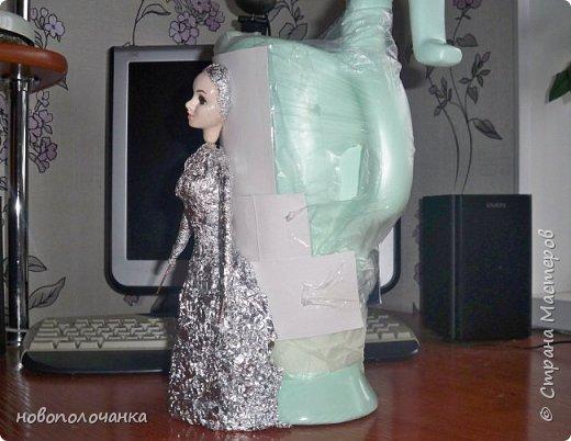 Здравствуйте мастера, мастерицы и гости!!! Такую вазу на день рождение я сделала для дочки моей племянницы,   15 мая ей исполнится    18лет.  Да, я знаю, что ваза с двумя фигурными ручками смотрится,  конечно,   красивее.   Но,  тогда пришлось бы  приклеивать вторую ручку к пластиковому  кувшину. А это очень не практично для действующей вазы, в которую будут наливать воду для цветов и сливать.    Поднимая  вазу с водой,  можем  просто забыть,  с какой стороны приклеена ручка, а с какой родная. Ручка отвалится. Сейчас много в продаже   различного клея  для прочного и надёжного приклеивания, склеивания. В данной поделке  я не надеялась, что ручка  супер  приклеится.  фото 37