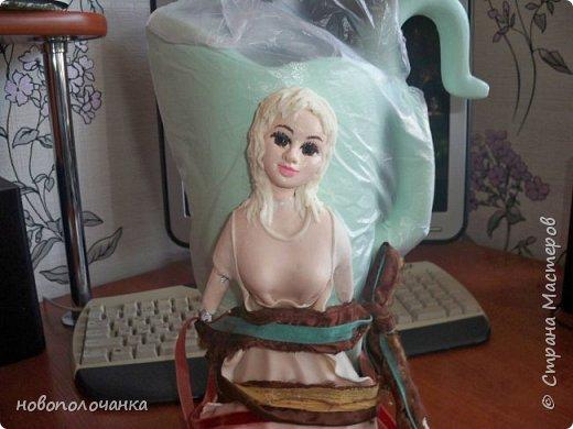 Здравствуйте мастера, мастерицы и гости!!! Такую вазу на день рождение я сделала для дочки моей племянницы,   15 мая ей исполнится    18лет.  Да, я знаю, что ваза с двумя фигурными ручками смотрится,  конечно,   красивее.   Но,  тогда пришлось бы  приклеивать вторую ручку к пластиковому  кувшину. А это очень не практично для действующей вазы, в которую будут наливать воду для цветов и сливать.    Поднимая  вазу с водой,  можем  просто забыть,  с какой стороны приклеена ручка, а с какой родная. Ручка отвалится. Сейчас много в продаже   различного клея  для прочного и надёжного приклеивания, склеивания. В данной поделке  я не надеялась, что ручка  супер  приклеится.  фото 58