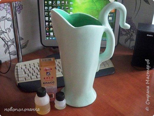 Здравствуйте мастера, мастерицы и гости!!! Такую вазу на день рождение я сделала для дочки моей племянницы,   15 мая ей исполнится    18лет.  Да, я знаю, что ваза с двумя фигурными ручками смотрится,  конечно,   красивее.   Но,  тогда пришлось бы  приклеивать вторую ручку к пластиковому  кувшину. А это очень не практично для действующей вазы, в которую будут наливать воду для цветов и сливать.    Поднимая  вазу с водой,  можем  просто забыть,  с какой стороны приклеена ручка, а с какой родная. Ручка отвалится. Сейчас много в продаже   различного клея  для прочного и надёжного приклеивания, склеивания. В данной поделке  я не надеялась, что ручка  супер  приклеится.  фото 64