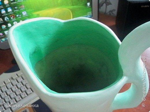 Здравствуйте мастера, мастерицы и гости!!! Такую вазу на день рождение я сделала для дочки моей племянницы,   15 мая ей исполнится    18лет.  Да, я знаю, что ваза с двумя фигурными ручками смотрится,  конечно,   красивее.   Но,  тогда пришлось бы  приклеивать вторую ручку к пластиковому  кувшину. А это очень не практично для действующей вазы, в которую будут наливать воду для цветов и сливать.    Поднимая  вазу с водой,  можем  просто забыть,  с какой стороны приклеена ручка, а с какой родная. Ручка отвалится. Сейчас много в продаже   различного клея  для прочного и надёжного приклеивания, склеивания. В данной поделке  я не надеялась, что ручка  супер  приклеится.  фото 63