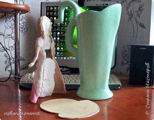 Здравствуйте мастера, мастерицы и гости!!! Такую вазу на день рождение я сделала для дочки моей племянницы,   15 мая ей исполнится    18лет.  Да, я знаю, что ваза с двумя фигурными ручками смотрится,  конечно,   красивее.   Но,  тогда пришлось бы  приклеивать вторую ручку к пластиковому  кувшину. А это очень не практично для действующей вазы, в которую будут наливать воду для цветов и сливать.    Поднимая  вазу с водой,  можем  просто забыть,  с какой стороны приклеена ручка, а с какой родная. Ручка отвалится. Сейчас много в продаже   различного клея  для прочного и надёжного приклеивания, склеивания. В данной поделке  я не надеялась, что ручка  супер  приклеится.  фото 81