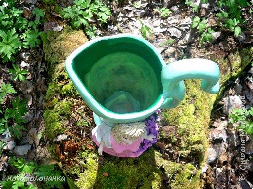 Здравствуйте мастера, мастерицы и гости!!! Такую вазу на день рождение я сделала для дочки моей племянницы,   15 мая ей исполнится    18лет.  Да, я знаю, что ваза с двумя фигурными ручками смотрится,  конечно,   красивее.   Но,  тогда пришлось бы  приклеивать вторую ручку к пластиковому  кувшину. А это очень не практично для действующей вазы, в которую будут наливать воду для цветов и сливать.    Поднимая  вазу с водой,  можем  просто забыть,  с какой стороны приклеена ручка, а с какой родная. Ручка отвалится. Сейчас много в продаже   различного клея  для прочного и надёжного приклеивания, склеивания. В данной поделке  я не надеялась, что ручка  супер  приклеится.  фото 86