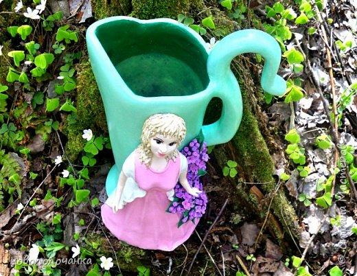 Здравствуйте мастера, мастерицы и гости!!! Такую вазу на день рождение я сделала для дочки моей племянницы,   15 мая ей исполнится    18лет.  Да, я знаю, что ваза с двумя фигурными ручками смотрится,  конечно,   красивее.   Но,  тогда пришлось бы  приклеивать вторую ручку к пластиковому  кувшину. А это очень не практично для действующей вазы, в которую будут наливать воду для цветов и сливать.    Поднимая  вазу с водой,  можем  просто забыть,  с какой стороны приклеена ручка, а с какой родная. Ручка отвалится. Сейчас много в продаже   различного клея  для прочного и надёжного приклеивания, склеивания. В данной поделке  я не надеялась, что ручка  супер  приклеится.  фото 87