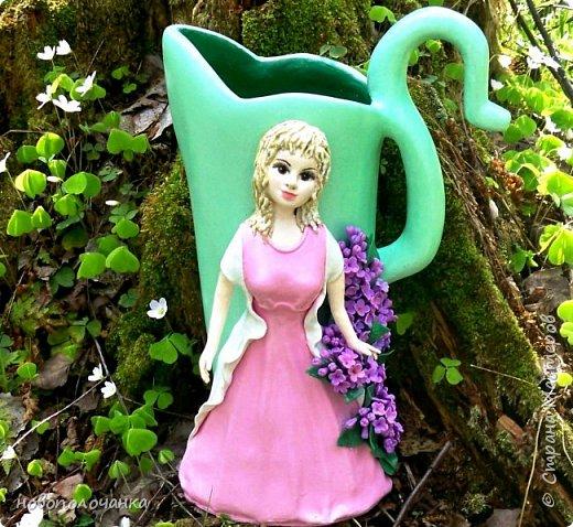 Здравствуйте мастера, мастерицы и гости!!! Такую вазу на день рождение я сделала для дочки моей племянницы,   15 мая ей исполнится    18лет.  Да, я знаю, что ваза с двумя фигурными ручками смотрится,  конечно,   красивее.   Но,  тогда пришлось бы  приклеивать вторую ручку к пластиковому  кувшину. А это очень не практично для действующей вазы, в которую будут наливать воду для цветов и сливать.    Поднимая  вазу с водой,  можем  просто забыть,  с какой стороны приклеена ручка, а с какой родная. Ручка отвалится. Сейчас много в продаже   различного клея  для прочного и надёжного приклеивания, склеивания. В данной поделке  я не надеялась, что ручка  супер  приклеится.  фото 1