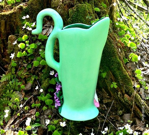 Здравствуйте мастера, мастерицы и гости!!! Такую вазу на день рождение я сделала для дочки моей племянницы,   15 мая ей исполнится    18лет.  Да, я знаю, что ваза с двумя фигурными ручками смотрится,  конечно,   красивее.   Но,  тогда пришлось бы  приклеивать вторую ручку к пластиковому  кувшину. А это очень не практично для действующей вазы, в которую будут наливать воду для цветов и сливать.    Поднимая  вазу с водой,  можем  просто забыть,  с какой стороны приклеена ручка, а с какой родная. Ручка отвалится. Сейчас много в продаже   различного клея  для прочного и надёжного приклеивания, склеивания. В данной поделке  я не надеялась, что ручка  супер  приклеится.  фото 2