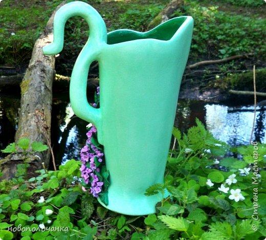 Здравствуйте мастера, мастерицы и гости!!! Такую вазу на день рождение я сделала для дочки моей племянницы,   15 мая ей исполнится    18лет.  Да, я знаю, что ваза с двумя фигурными ручками смотрится,  конечно,   красивее.   Но,  тогда пришлось бы  приклеивать вторую ручку к пластиковому  кувшину. А это очень не практично для действующей вазы, в которую будут наливать воду для цветов и сливать.    Поднимая  вазу с водой,  можем  просто забыть,  с какой стороны приклеена ручка, а с какой родная. Ручка отвалится. Сейчас много в продаже   различного клея  для прочного и надёжного приклеивания, склеивания. В данной поделке  я не надеялась, что ручка  супер  приклеится.  фото 88