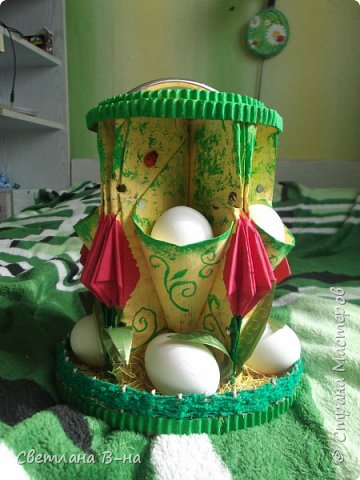 Это другой вариант подставки под пасхальные яйца выполненных в технике ОРИГАМИ ИЗ ЖУРНАЛА. Подставочка рассчитана на двенадцать яичек - шесть в кармашках, и шесть на подставочке между тюльпанчиками. Хочу уточнить, что каждая подставочка сделана из одного журнала (у нас это были старые каталоги косметики).