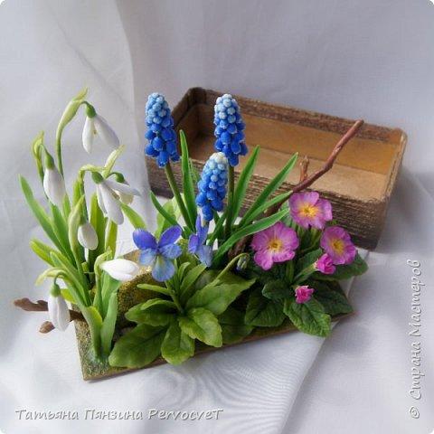 """Шкатулка-тайник """"Весенние цветы"""" . Выглядит как интерьерная цветочная композиция, а если поднять крышку, за специальные веточки, обнаружите удобный тайник. Цветы ручной работы, выполнены из флористических полимерных глин, а сама шкатулка из дерева с элементами декора. Все цветы надежно закреплены. Для удобства и сохранности композиции, предусмотрены специальные веточки, с помощью которых, Вы сможете поднимать крышку шкатулки.  Нежные и яркие вестники весны. Отблески теплого солнца и весеннего неба, в яркой зелени травы. Ноты мелодии радости пробуждения природы и самых нежных чувств. фото 4"""