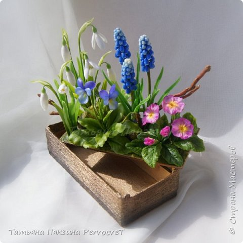 """Шкатулка-тайник """"Весенние цветы"""" . Выглядит как интерьерная цветочная композиция, а если поднять крышку, за специальные веточки, обнаружите удобный тайник. Цветы ручной работы, выполнены из флористических полимерных глин, а сама шкатулка из дерева с элементами декора. Все цветы надежно закреплены. Для удобства и сохранности композиции, предусмотрены специальные веточки, с помощью которых, Вы сможете поднимать крышку шкатулки.  Нежные и яркие вестники весны. Отблески теплого солнца и весеннего неба, в яркой зелени травы. Ноты мелодии радости пробуждения природы и самых нежных чувств. фото 3"""