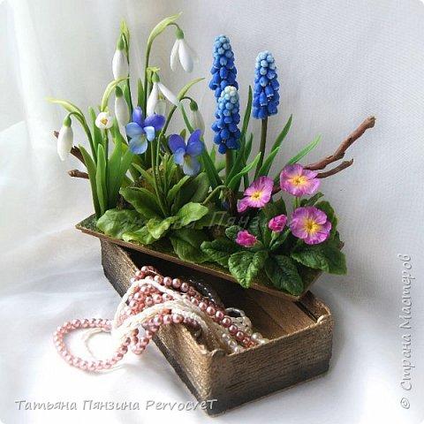 """Шкатулка-тайник """"Весенние цветы"""" . Выглядит как интерьерная цветочная композиция, а если поднять крышку, за специальные веточки, обнаружите удобный тайник. Цветы ручной работы, выполнены из флористических полимерных глин, а сама шкатулка из дерева с элементами декора. Все цветы надежно закреплены. Для удобства и сохранности композиции, предусмотрены специальные веточки, с помощью которых, Вы сможете поднимать крышку шкатулки.  Нежные и яркие вестники весны. Отблески теплого солнца и весеннего неба, в яркой зелени травы. Ноты мелодии радости пробуждения природы и самых нежных чувств. фото 5"""