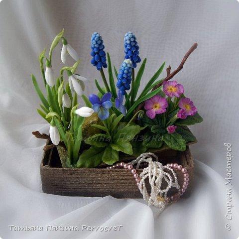"""Шкатулка-тайник """"Весенние цветы"""" . Выглядит как интерьерная цветочная композиция, а если поднять крышку, за специальные веточки, обнаружите удобный тайник. Цветы ручной работы, выполнены из флористических полимерных глин, а сама шкатулка из дерева с элементами декора. Все цветы надежно закреплены. Для удобства и сохранности композиции, предусмотрены специальные веточки, с помощью которых, Вы сможете поднимать крышку шкатулки.  Нежные и яркие вестники весны. Отблески теплого солнца и весеннего неба, в яркой зелени травы. Ноты мелодии радости пробуждения природы и самых нежных чувств. фото 6"""