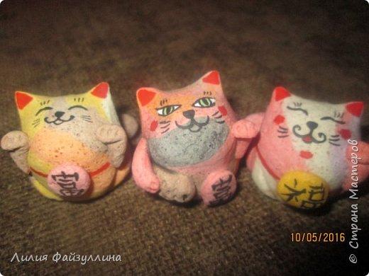 """Maneki Neko ( 招き猫 ) - буквально означает """"Приглашающий Кот"""", """"Зовущая Кошка"""", также известный как """"Кот Счастья"""", """"Денежный Кот"""" или """"Кот Удачи"""". Это распространённая японская скульптура, часто сделанная из фарфора или керамики, которая, как полагают, приносит её владельцу удачу.  фото 3"""