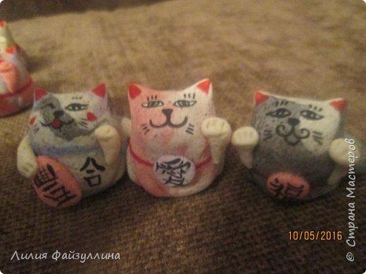 """Maneki Neko ( 招き猫 ) - буквально означает """"Приглашающий Кот"""", """"Зовущая Кошка"""", также известный как """"Кот Счастья"""", """"Денежный Кот"""" или """"Кот Удачи"""". Это распространённая японская скульптура, часто сделанная из фарфора или керамики, которая, как полагают, приносит её владельцу удачу.  фото 4"""
