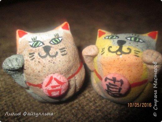"""Maneki Neko ( 招き猫 ) - буквально означает """"Приглашающий Кот"""", """"Зовущая Кошка"""", также известный как """"Кот Счастья"""", """"Денежный Кот"""" или """"Кот Удачи"""". Это распространённая японская скульптура, часто сделанная из фарфора или керамики, которая, как полагают, приносит её владельцу удачу.  фото 5"""