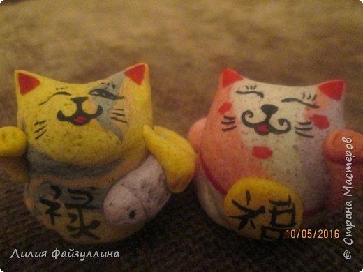 """Maneki Neko ( 招き猫 ) - буквально означает """"Приглашающий Кот"""", """"Зовущая Кошка"""", также известный как """"Кот Счастья"""", """"Денежный Кот"""" или """"Кот Удачи"""". Это распространённая японская скульптура, часто сделанная из фарфора или керамики, которая, как полагают, приносит её владельцу удачу.  фото 7"""