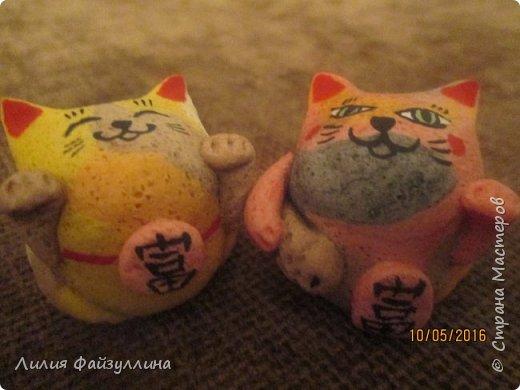 """Maneki Neko ( 招き猫 ) - буквально означает """"Приглашающий Кот"""", """"Зовущая Кошка"""", также известный как """"Кот Счастья"""", """"Денежный Кот"""" или """"Кот Удачи"""". Это распространённая японская скульптура, часто сделанная из фарфора или керамики, которая, как полагают, приносит её владельцу удачу.  фото 8"""