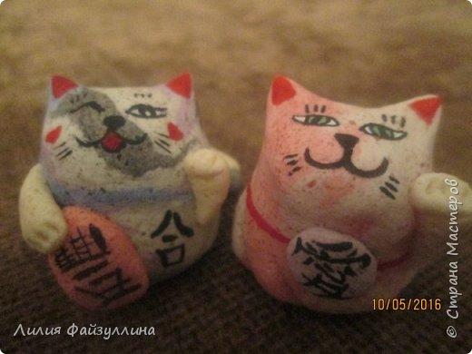 """Maneki Neko ( 招き猫 ) - буквально означает """"Приглашающий Кот"""", """"Зовущая Кошка"""", также известный как """"Кот Счастья"""", """"Денежный Кот"""" или """"Кот Удачи"""". Это распространённая японская скульптура, часто сделанная из фарфора или керамики, которая, как полагают, приносит её владельцу удачу.  фото 9"""