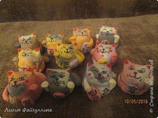 """Maneki Neko ( 招き猫 ) - буквально означает """"Приглашающий Кот"""", """"Зовущая Кошка"""", также известный как """"Кот Счастья"""", """"Денежный Кот"""" или """"Кот Удачи"""". Это распространённая японская скульптура, часто сделанная из фарфора или керамики, которая, как полагают, приносит её владельцу удачу.  фото 10"""