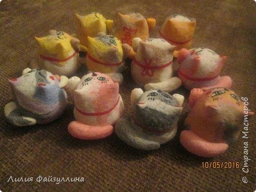 """Maneki Neko ( 招き猫 ) - буквально означает """"Приглашающий Кот"""", """"Зовущая Кошка"""", также известный как """"Кот Счастья"""", """"Денежный Кот"""" или """"Кот Удачи"""". Это распространённая японская скульптура, часто сделанная из фарфора или керамики, которая, как полагают, приносит её владельцу удачу.  фото 12"""
