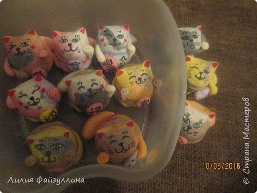 """Maneki Neko ( 招き猫 ) - буквально означает """"Приглашающий Кот"""", """"Зовущая Кошка"""", также известный как """"Кот Счастья"""", """"Денежный Кот"""" или """"Кот Удачи"""". Это распространённая японская скульптура, часто сделанная из фарфора или керамики, которая, как полагают, приносит её владельцу удачу.  фото 13"""