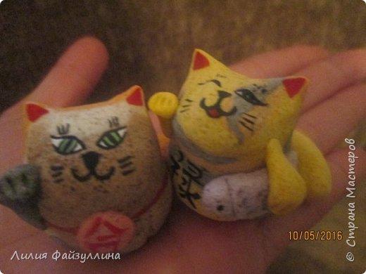 """Maneki Neko ( 招き猫 ) - буквально означает """"Приглашающий Кот"""", """"Зовущая Кошка"""", также известный как """"Кот Счастья"""", """"Денежный Кот"""" или """"Кот Удачи"""". Это распространённая японская скульптура, часто сделанная из фарфора или керамики, которая, как полагают, приносит её владельцу удачу.  фото 14"""