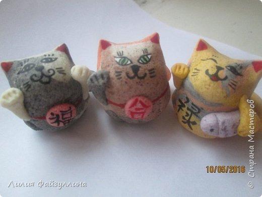 """Maneki Neko ( 招き猫 ) - буквально означает """"Приглашающий Кот"""", """"Зовущая Кошка"""", также известный как """"Кот Счастья"""", """"Денежный Кот"""" или """"Кот Удачи"""". Это распространённая японская скульптура, часто сделанная из фарфора или керамики, которая, как полагают, приносит её владельцу удачу.  фото 15"""