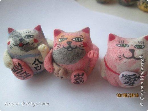 """Maneki Neko ( 招き猫 ) - буквально означает """"Приглашающий Кот"""", """"Зовущая Кошка"""", также известный как """"Кот Счастья"""", """"Денежный Кот"""" или """"Кот Удачи"""". Это распространённая японская скульптура, часто сделанная из фарфора или керамики, которая, как полагают, приносит её владельцу удачу.  фото 16"""