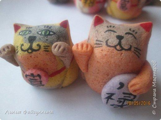 """Maneki Neko ( 招き猫 ) - буквально означает """"Приглашающий Кот"""", """"Зовущая Кошка"""", также известный как """"Кот Счастья"""", """"Денежный Кот"""" или """"Кот Удачи"""". Это распространённая японская скульптура, часто сделанная из фарфора или керамики, которая, как полагают, приносит её владельцу удачу.  фото 18"""