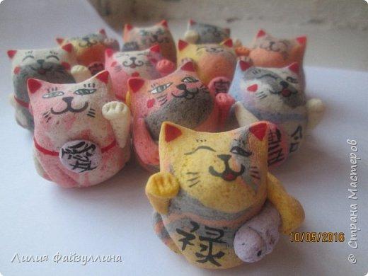 """Maneki Neko ( 招き猫 ) - буквально означает """"Приглашающий Кот"""", """"Зовущая Кошка"""", также известный как """"Кот Счастья"""", """"Денежный Кот"""" или """"Кот Удачи"""". Это распространённая японская скульптура, часто сделанная из фарфора или керамики, которая, как полагают, приносит её владельцу удачу.  фото 19"""