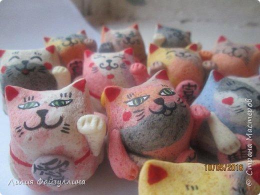 """Maneki Neko ( 招き猫 ) - буквально означает """"Приглашающий Кот"""", """"Зовущая Кошка"""", также известный как """"Кот Счастья"""", """"Денежный Кот"""" или """"Кот Удачи"""". Это распространённая японская скульптура, часто сделанная из фарфора или керамики, которая, как полагают, приносит её владельцу удачу.  фото 20"""