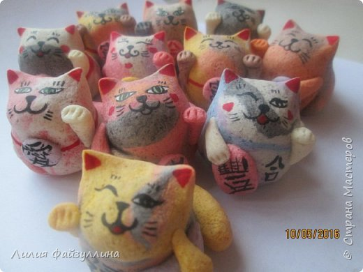 """Maneki Neko ( 招き猫 ) - буквально означает """"Приглашающий Кот"""", """"Зовущая Кошка"""", также известный как """"Кот Счастья"""", """"Денежный Кот"""" или """"Кот Удачи"""". Это распространённая японская скульптура, часто сделанная из фарфора или керамики, которая, как полагают, приносит её владельцу удачу.  фото 1"""