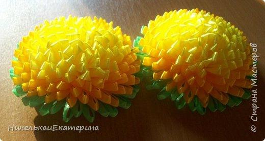 Хочу поделиться способом изготовления таких цветочков. На просторах интернета находила сам способ складывания лепестков, но таких цветочков не встречала.  фото 26