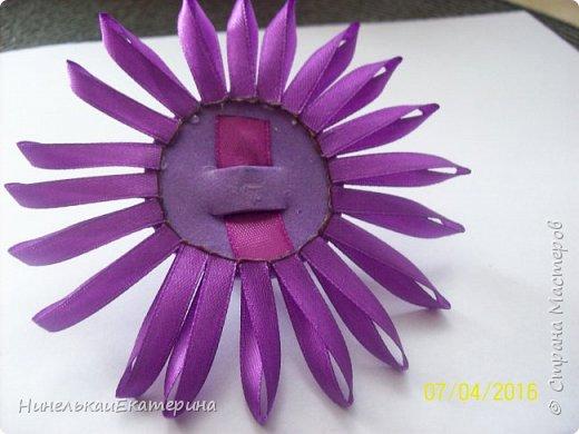 Хочу поделиться способом изготовления таких цветочков. На просторах интернета находила сам способ складывания лепестков, но таких цветочков не встречала.  фото 9