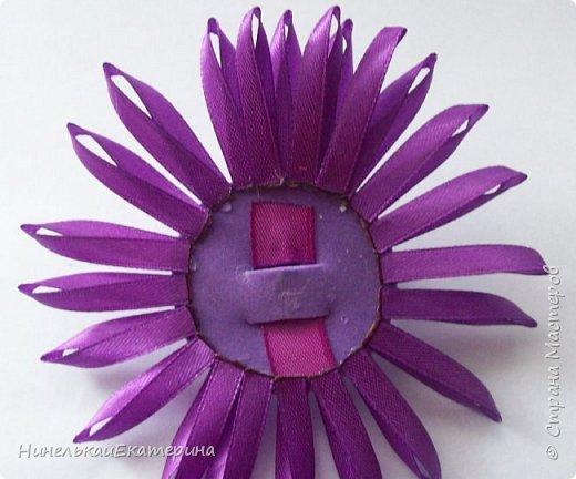 Хочу поделиться способом изготовления таких цветочков. На просторах интернета находила сам способ складывания лепестков, но таких цветочков не встречала.  фото 10
