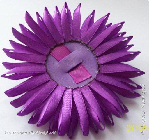 Хочу поделиться способом изготовления таких цветочков. На просторах интернета находила сам способ складывания лепестков, но таких цветочков не встречала.  фото 11
