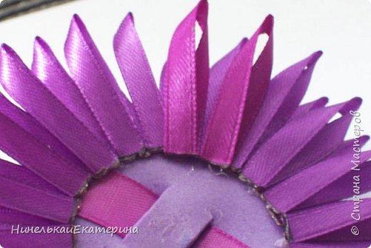 Хочу поделиться способом изготовления таких цветочков. На просторах интернета находила сам способ складывания лепестков, но таких цветочков не встречала.  фото 12