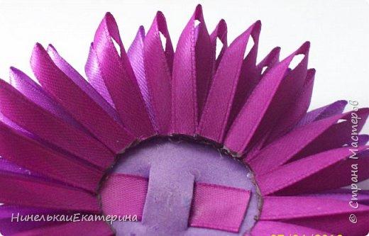 Хочу поделиться способом изготовления таких цветочков. На просторах интернета находила сам способ складывания лепестков, но таких цветочков не встречала.  фото 13